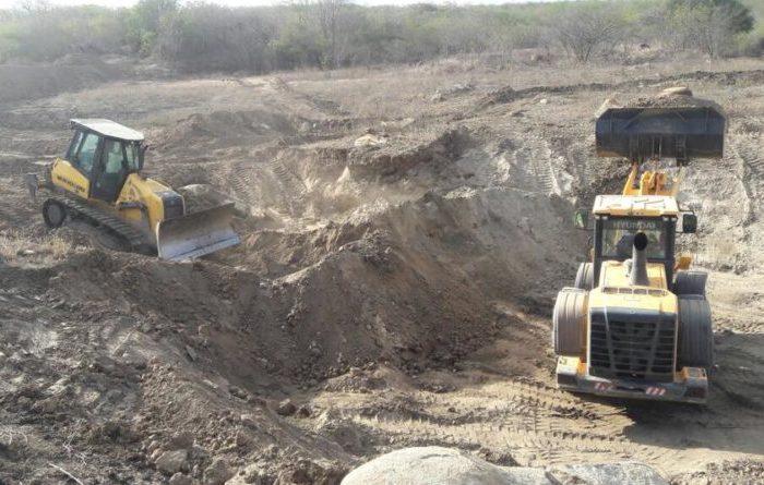 Açude que faz abastecimento de várias comunidades passa por limpeza em Sumé