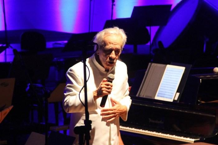 Geraldo Vandré faz show após 50 anos e se emociona ao cantar 'Caminhando'