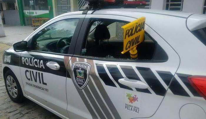 Mulher é acusada de quebrar vidros de viatura policial em Serra Branca