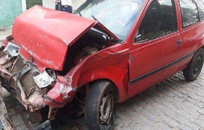 Embriagado, motorista bate carro na traseira de ônibus da Transbraz em Sumé