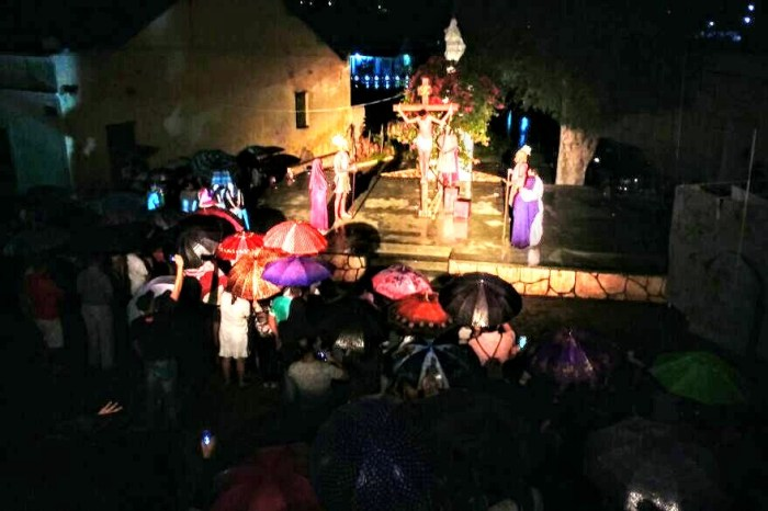 Debaixo de chuva, grande elenco encena a Paixão de Cristo na cidade de Cabaceiras