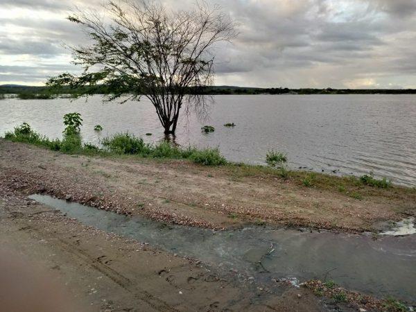 EM TAPEROÁ: Açude 'Lagoa do Meio' aumenta volume em 38,4% e é o 13º a sangrar
