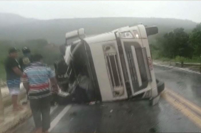 Caminhão tomba e motorista morre após cair de ponte em cidade do Cariri paraibano