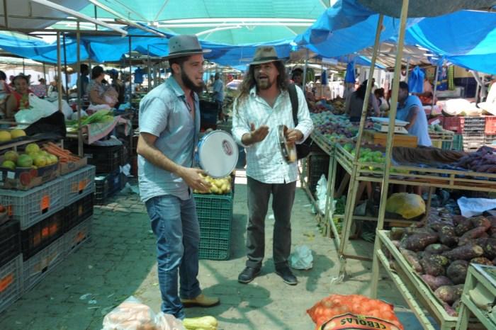 Cultura na Feira atrai atenção da população e comerciantes na feira livre de Monteiro