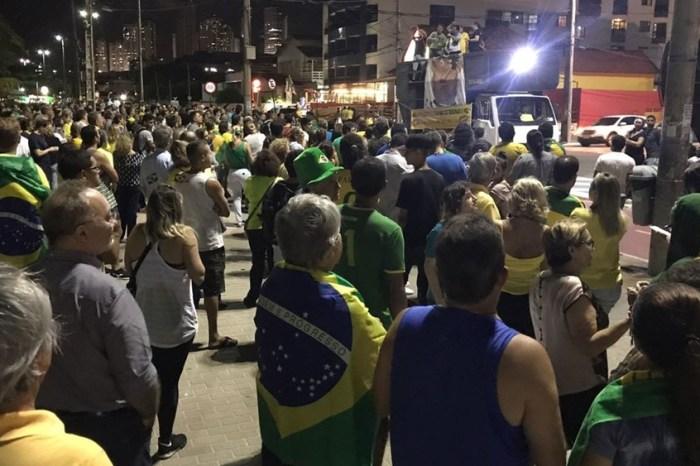 Manifestantes realizam protesto pela prisão de Lula na Paraíba