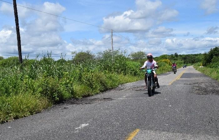 Motoristas reclamam de buracos na Rodovia Estadual Antonio Mariz, no Cariri paraibano