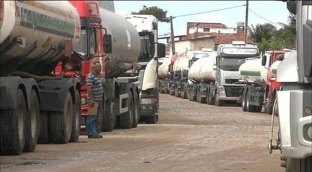 Após reunião, 30% dos caminhões de combustível são liberados na PB