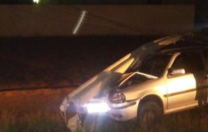 Motorista perde o controle da direção e colide carro com poste na cidade de Monteiro