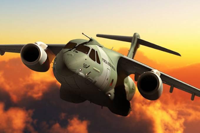 Maior avião militar do Brasil, KC-390 sai da pista durante teste