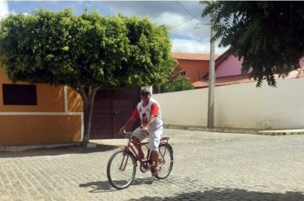 De volta às origens: Sem combustível prefeito de Olivedos troca carro por bicicleta