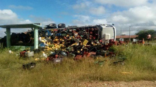 Carreta carregada com frutas tomba em estrada do Cariri paraibano
