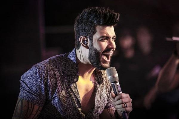 """Em live, Gusttavo Lima canta: """"Abre o portão que eu sou gay"""""""