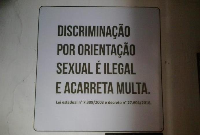 Justiça desobriga afixar placas sobre discriminação sexual