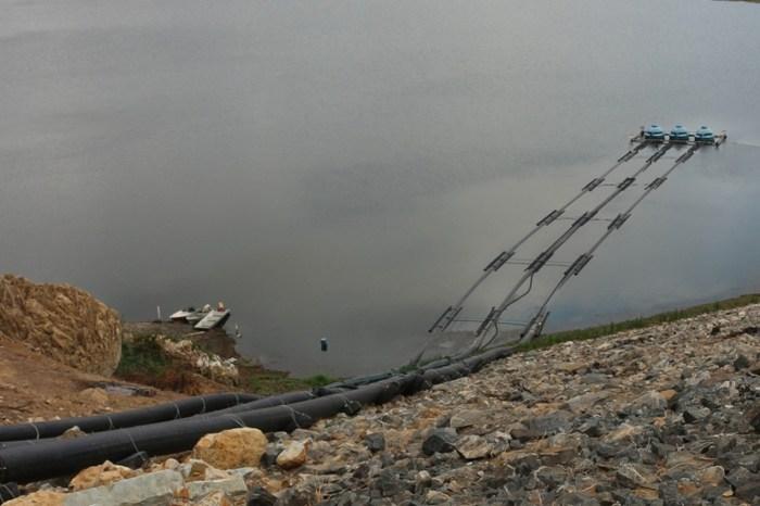 Após mau cheiro e água escura, Cagepa retoma captação flutuante no açude de Boqueirão