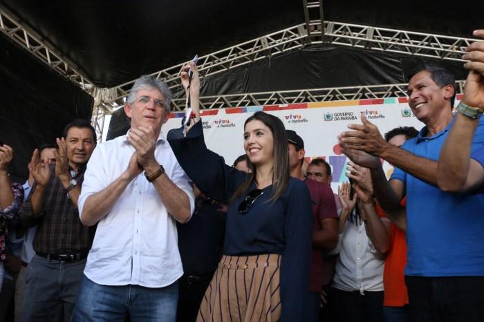 Em Monteiro: Ricardo exalta Anna Lorena e diz que ela representa a nova política