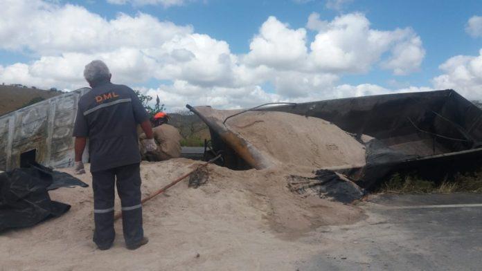 Caminhão capota, pega fogo e motorista morre carbonizado na PB
