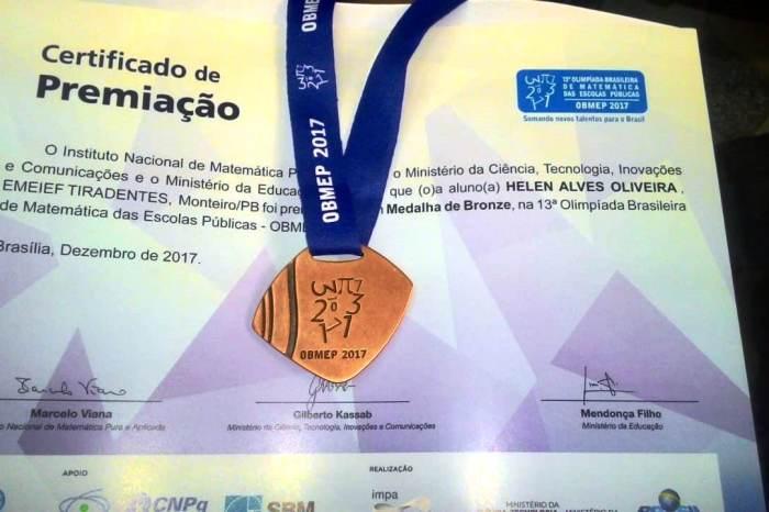 Aluna da Rede Municipal de Ensino recebe medalha da OBEMEP em Campina Grande