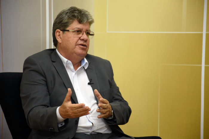 João reafirma compromisso de contratar 4 mil professores