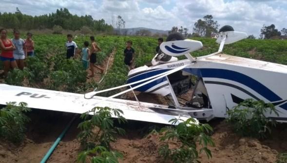 Avião cai e deixa dois tripulantes feridos em cidade da Paraíba