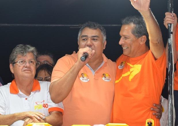 Na Prata, prefeito Júnior e correligionários recepcionam o candidato João Azevedo