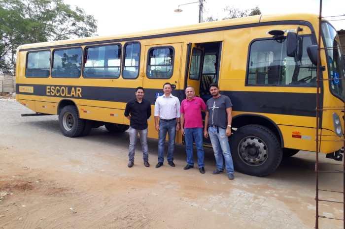 Prefeito Éden Duarte entrega novo ônibus para estudantes da rede municipal