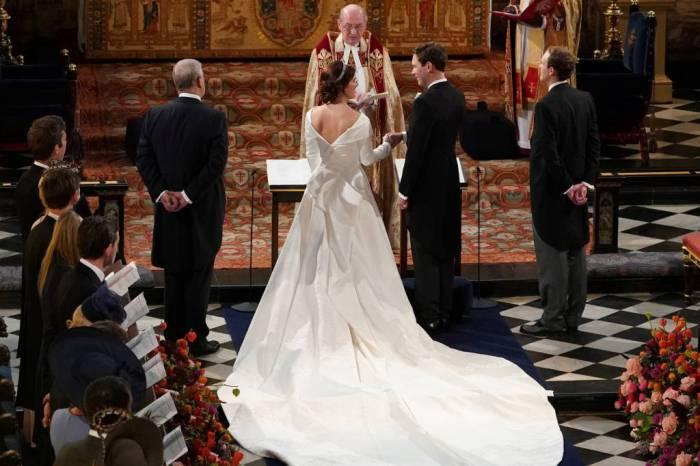 Princesa se casa com vestido que deixa longa cicatriz à mostra