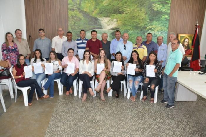Prefeita, vice, vereadores e secretários municipais recebem novos concursados em Monteiro