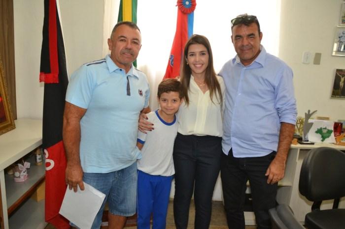 Termos de doação de lotes dos Distritos dos Mecânicos e Industrial de Monteiro são entregues