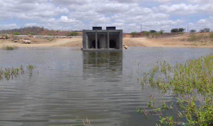 TRANSPOSIÇÃO: Açude de Porções está próximo de transbordar e água segue para Camalaú