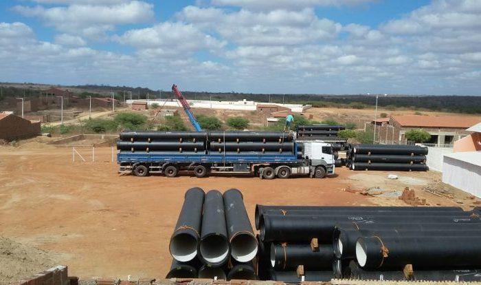 Chega em Barra de São Miguel tubulação de adutora que beneficiará Paraíba e Pernambuco