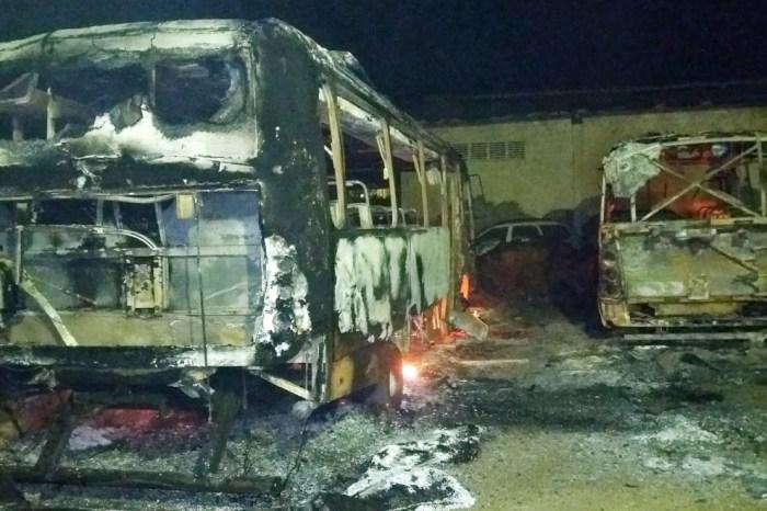 Ônibus escolares são incendiados e Prefeitura aponta ato criminoso