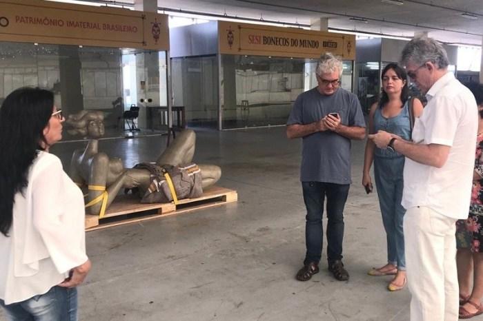Ricardo recepciona chegada das peças do artista Abelardo da Hora