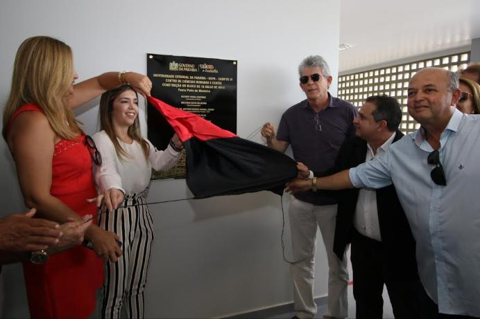 Ao lado da prefeita Anna Lorena, Ricardo entrega pacote de obras em Monteiro