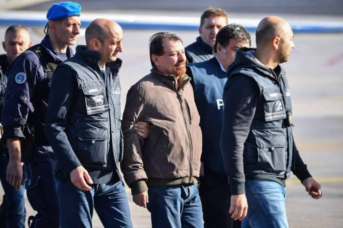 Terrorista italiano Cesare Battisti chega a Roma