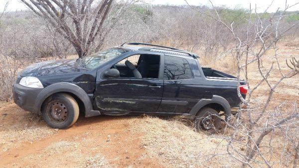Carro usado em assaltos de lojas do Cariri é encontrado na zona rural de Cabaceiras