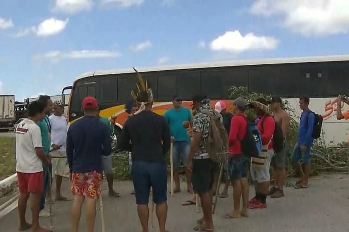 Grupo de indígenas interdita trecho da BR-101 em protesto na PB