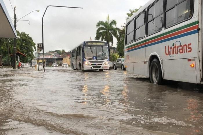 Chuvas deixam vias intransitáveis e semáforos apagados na Capital