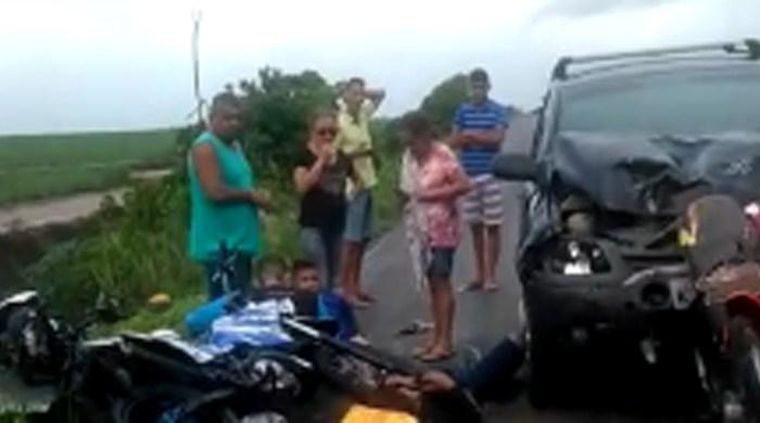 Acidente entre motos, carros e ônibus deixa cinco jovens feridos
