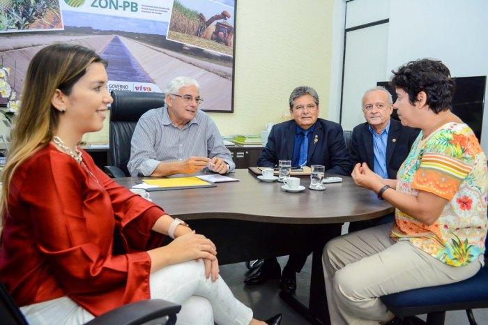 Prefeita de Monteiro se reúne com secretário estadual e presidente da ALPB