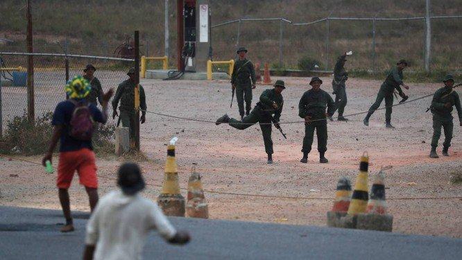 Manifestantes incendeiam posto militar na fronteira com o Brasil