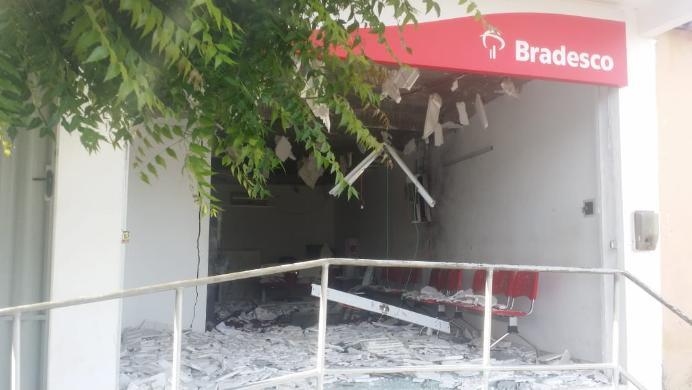 Quadrilha explode banco e deixa agência completamente destruída
