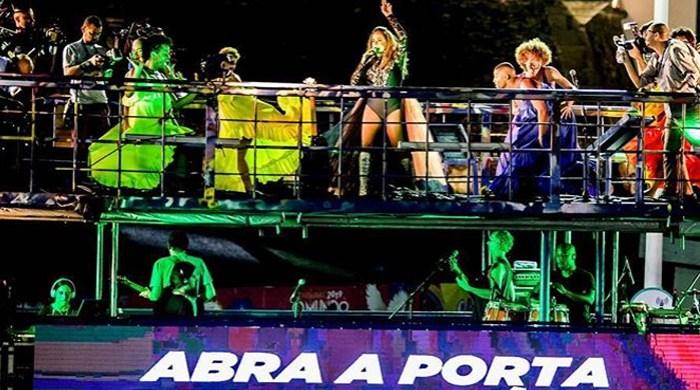 Daniela Mercury cai em cima de trio elétrico em Salvador