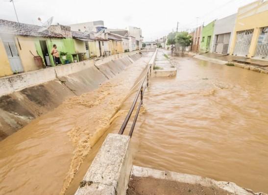 Prefeita Anna Lorena deixa equipe de plantão para possibilidade de mais chuvas em Monteiro
