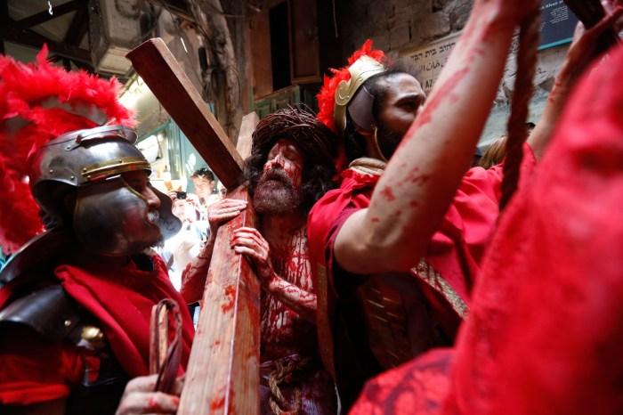Católicos celebram Sexta-Feira Santa em todo o mundo