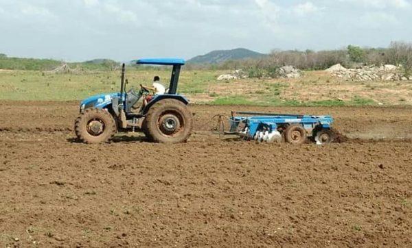 Prefeitura de Sumé conclui serviço de aração de terras para agricultores do município