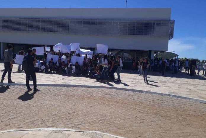 """""""Tira mão do meu IF"""" Alunos do IFPB Monteiro protestam contra corte de verbas"""