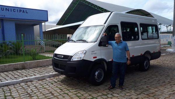 Prefeito Givaldo Limeira entrega novo veículo para atender população de Coxixola