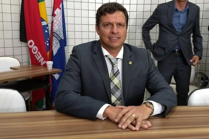 Vitor Hugo toma posse e assume Prefeitura de Cabedelo