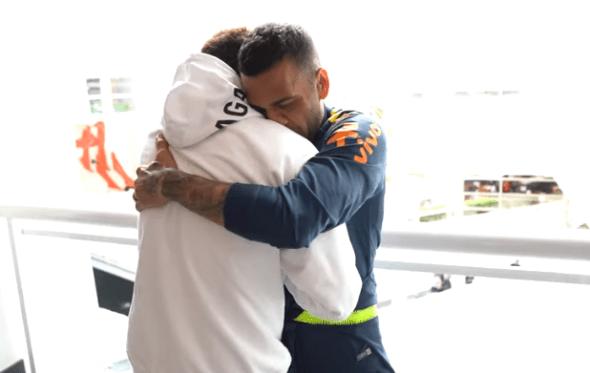 """Neymar visita Seleção Brasileira em hotel e afirma: """"Estou bem"""""""