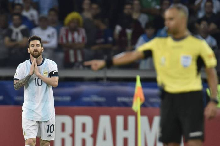 VAR salva Argentina, que pode enfrentar o Brasil nas quartas de final